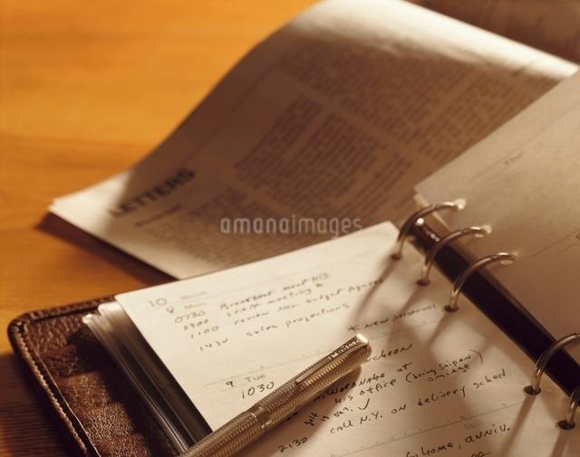 ビジネス手帳とペンの写真素材 [FYI01502009]
