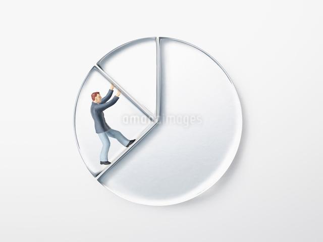 透明の円グラフを支えるビジネスマンの写真素材 [FYI01502044]