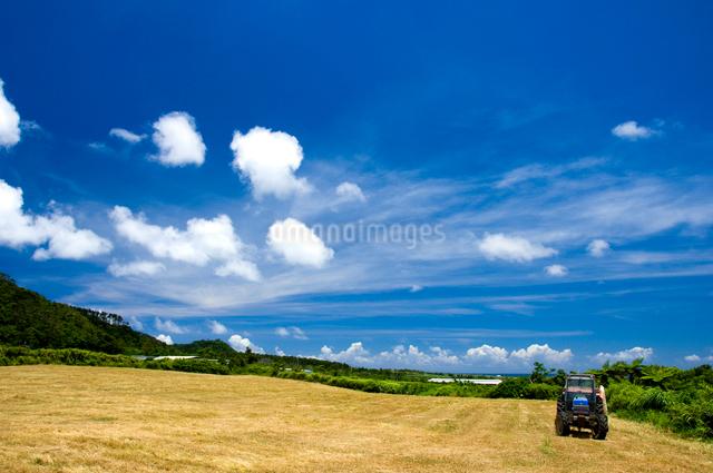 トラクターのある畑の写真素材 [FYI01502045]