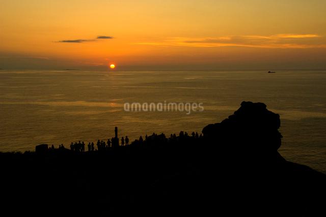 夕日を眺める人々の写真素材 [FYI01502056]