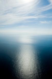 飛行機より望む穏やかな海の写真素材 [FYI01502061]