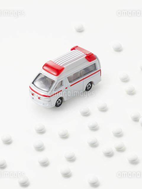 救急車と薬の写真素材 [FYI01502139]