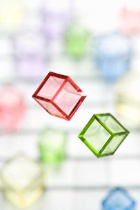 空中浮遊カラーキューブの写真素材 [FYI01502177]