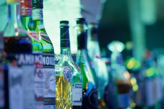 並べられた複数の酒瓶の写真素材 [FYI01502210]