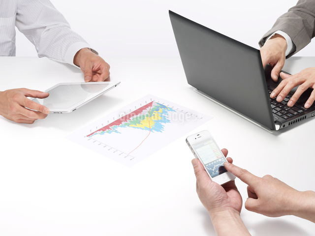 スマートデバイスとパソコンを使うビジネスマンの写真素材 [FYI01502228]