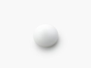 丸くなった白いクリームの写真素材 [FYI01502240]