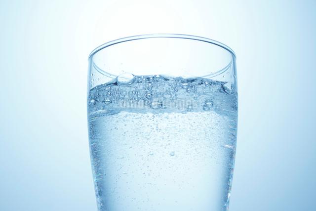 炭酸の入ったコップの写真素材 [FYI01502272]