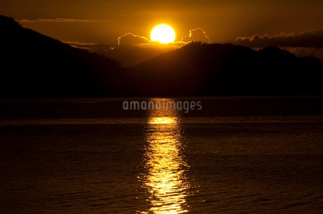 山に沈む夕日と海の写真素材 [FYI01502277]