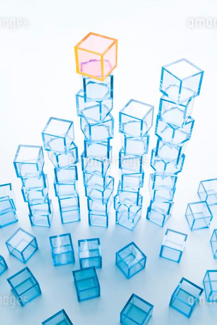 縦に積み上げた青アクリルキューブと黄アクリルキューブの写真素材 [FYI01502340]