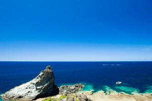 青い海を航海中の船の写真素材 [FYI01502366]