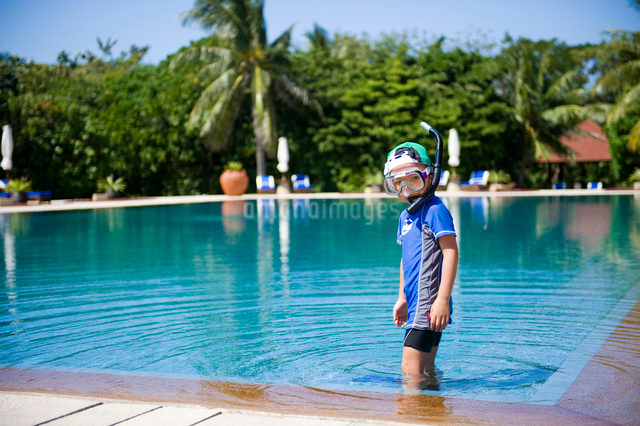 プールでシュノーケリングを付けた少年の写真素材 [FYI01502373]
