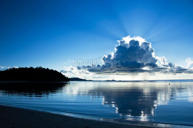 ビーチから見た雲から漏れる光の写真素材 [FYI01502420]
