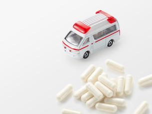救急車とカプセルの薬の写真素材 [FYI01502423]