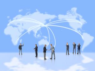 日本から世界に飛ぶ光の世界地図とビジネスマンの写真素材 [FYI01502425]
