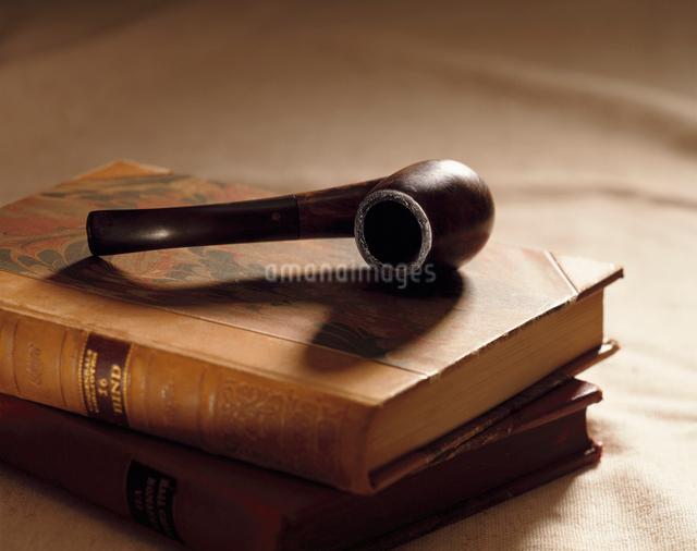 パイプと2冊の洋書の写真素材 [FYI01502431]