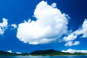巨大な雲と夏のうみの写真素材 [FYI01502435]