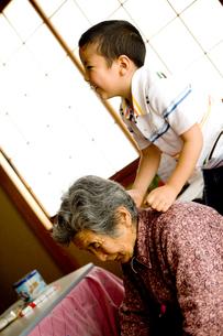 祖母に肩たたきをする孫の写真素材 [FYI01502481]