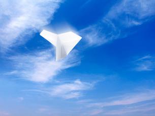 青空と紙飛行機の写真素材 [FYI01502537]