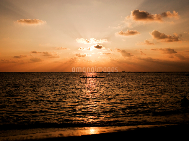 夕暮れの海とカヌーの写真素材 [FYI01502566]