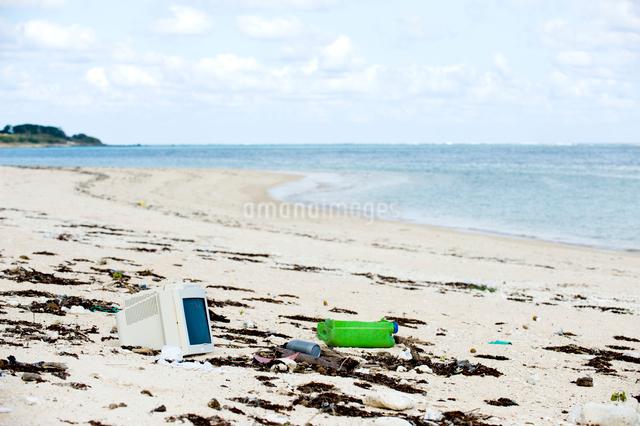砂浜のゴミの写真素材 [FYI01502592]
