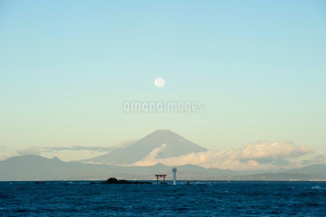 朝焼けの富士山と満月と鳥居の写真素材 [FYI01502696]
