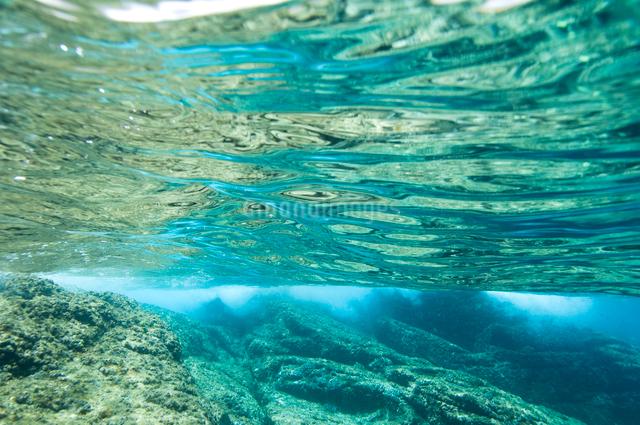 輝く水面と荒波の写真素材 [FYI01502730]