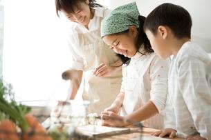 料理の手伝いをする子供と母親の写真素材 [FYI01502737]