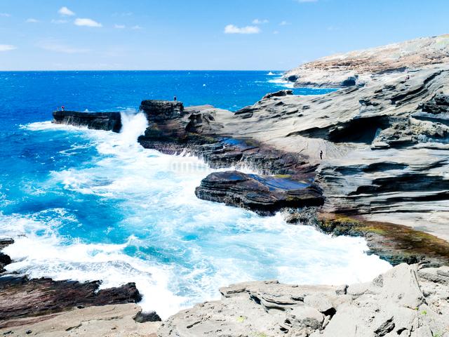 オアフ島、東海岸の岩と波の写真素材 [FYI01502753]