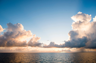 夕暮れの海と雲の写真素材 [FYI01503053]