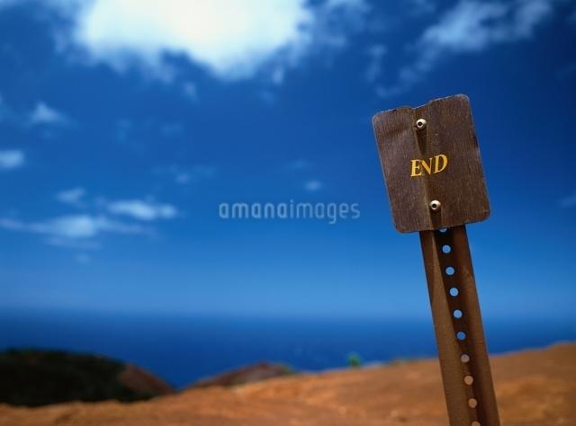 青空と標識の風景の写真素材 [FYI01503114]