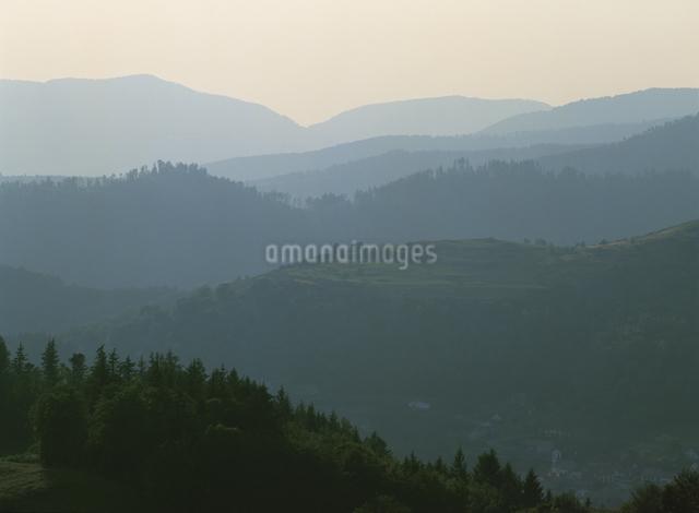 靄のかかる山並みの写真素材 [FYI01503184]