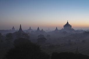 夜明けの仏塔が並ぶ古代遺跡の写真素材 [FYI01503227]
