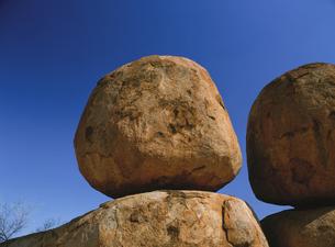 デビルズマーブルの奇岩と青空の写真素材 [FYI01503448]
