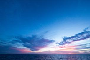 水平線と夕暮れの空の写真素材 [FYI01503527]