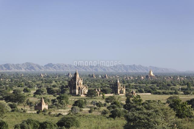 仏塔が並ぶ古代遺跡の写真素材 [FYI01503548]