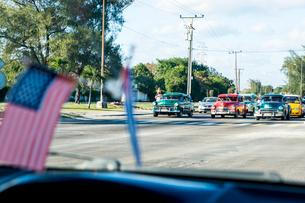 キューバのタクシー車内の国旗とカラフルな車の写真素材 [FYI01503641]