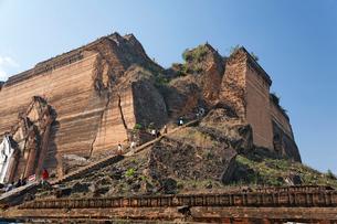 ミングォンパヤーを観光する人々の写真素材 [FYI01503679]