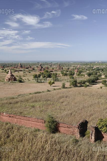 仏塔が並ぶ寺院遺跡の写真素材 [FYI01503686]