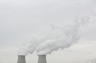 原子力発電所の冷却塔の写真素材 [FYI01503880]