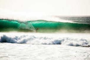 オアフ島ノースショアの大波の写真素材 [FYI01504088]