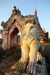 ライオン像がある古い塔の写真素材 [FYI01504130]