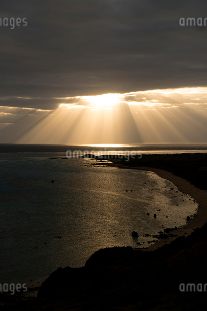 石垣島 平久保崎灯台からの朝焼けの写真素材 [FYI01504320]