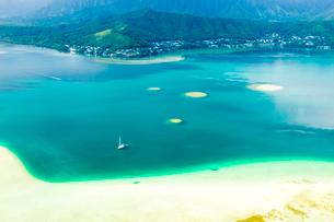 オアフ島カネオヘサンドバーの空撮の写真素材 [FYI01504403]