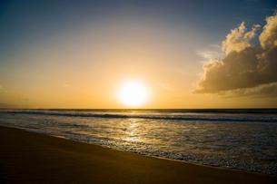 オアフ島ノースショアの夕暮れの写真素材 [FYI01504416]