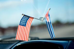 キューバのタクシー車内の国旗の写真素材 [FYI01504694]