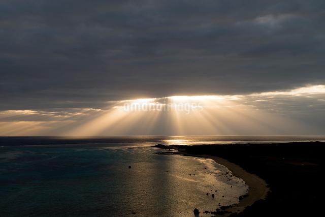 石垣島 平久保崎灯台からの朝焼けの写真素材 [FYI01504737]