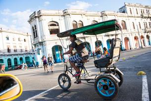 キューバの自転車タクシーの写真素材 [FYI01504792]