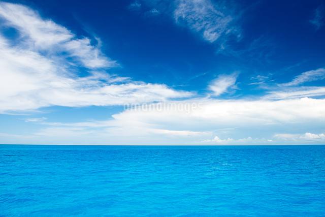 水平線と青い海と雲の写真素材 [FYI01505008]