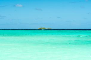 エメラルドグリーンの海の写真素材 [FYI01505214]
