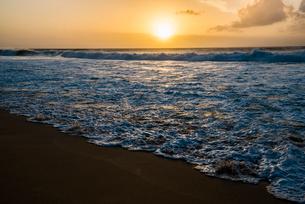 オアフ島ノースショアの夕暮れの写真素材 [FYI01505272]